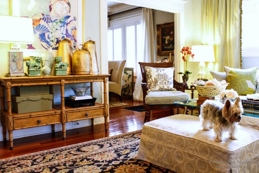 элегантный бамбуковый столик в гламурном интерьере