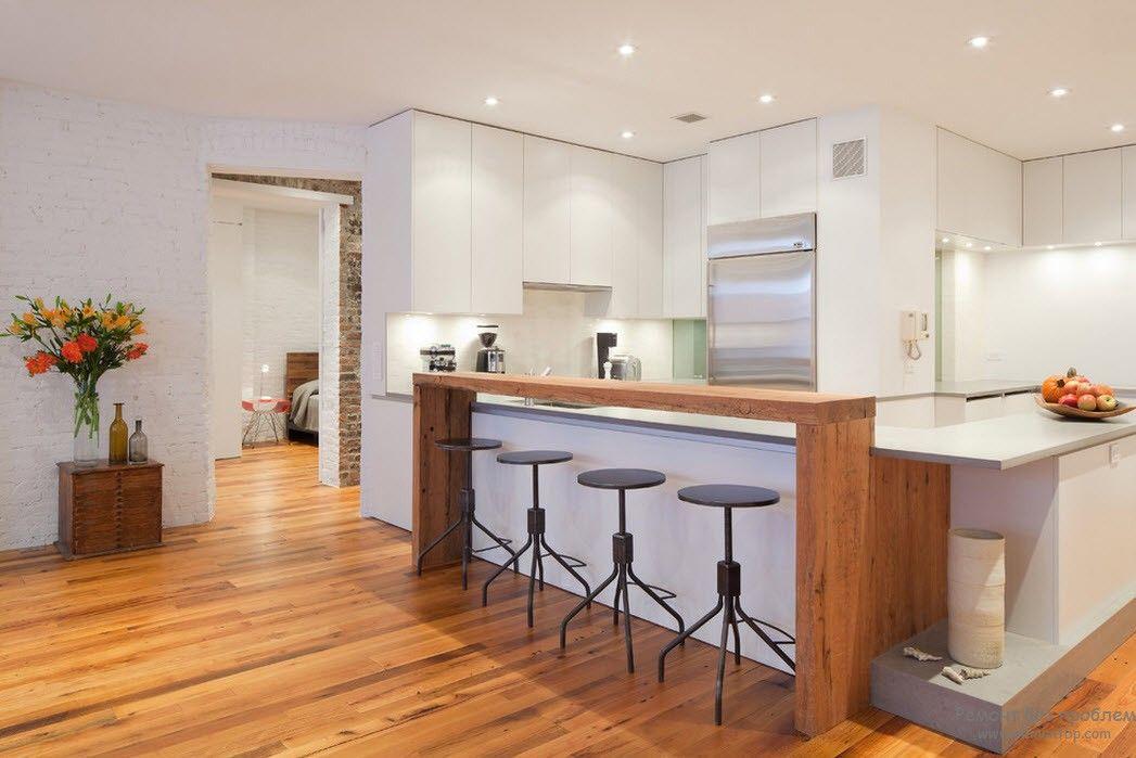 Бедая простоная кухня с барной стойкой