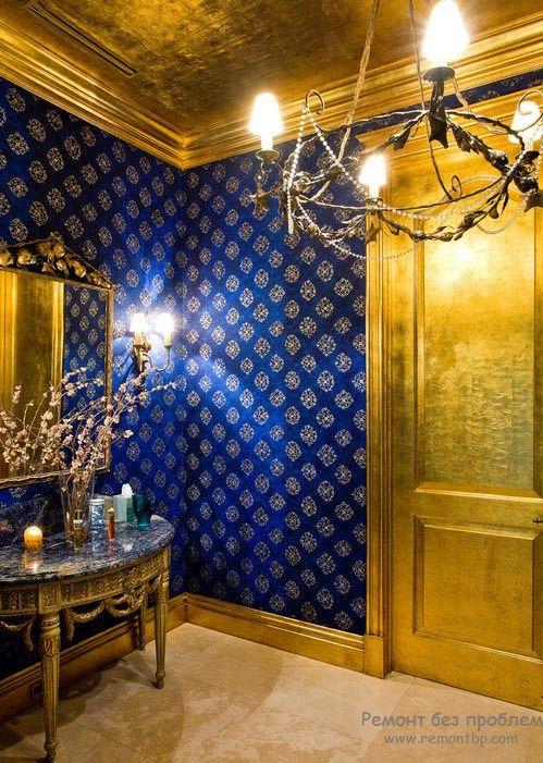 Интерьер с крупными золотыми деталями приглушенного цвета