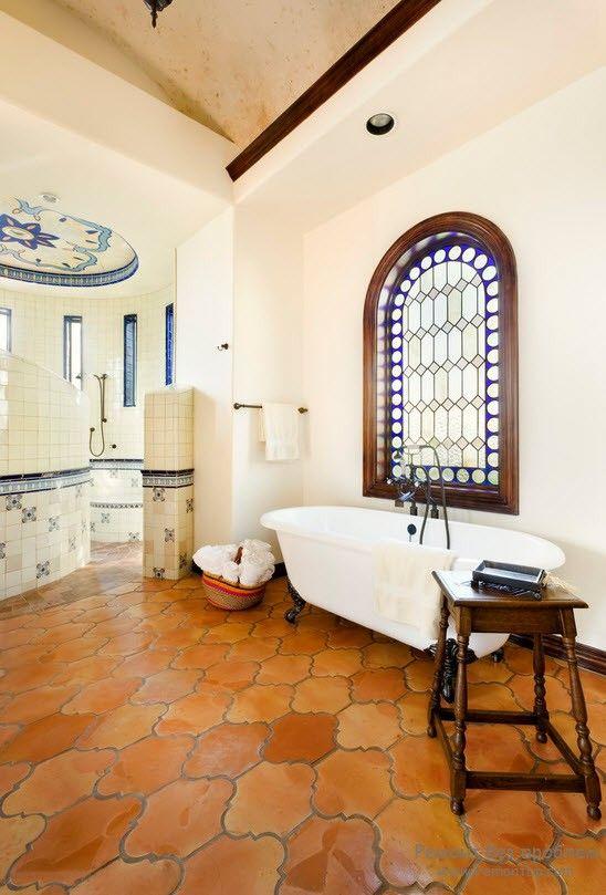 Светлая ванна в средиземноморском стиле