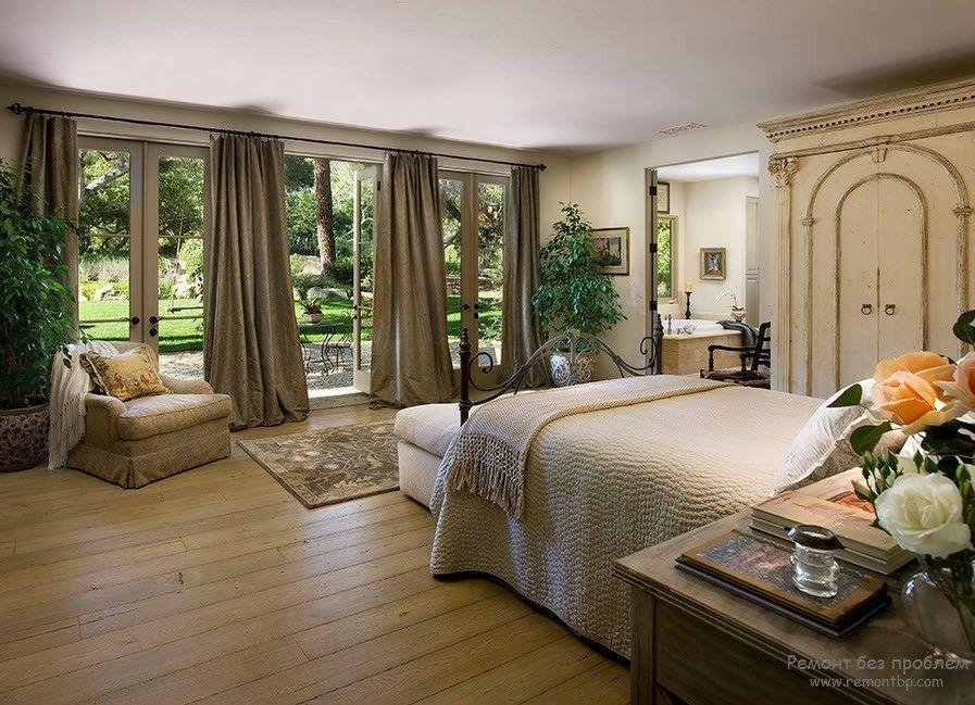 Белая кровать в средиземноморском стиле