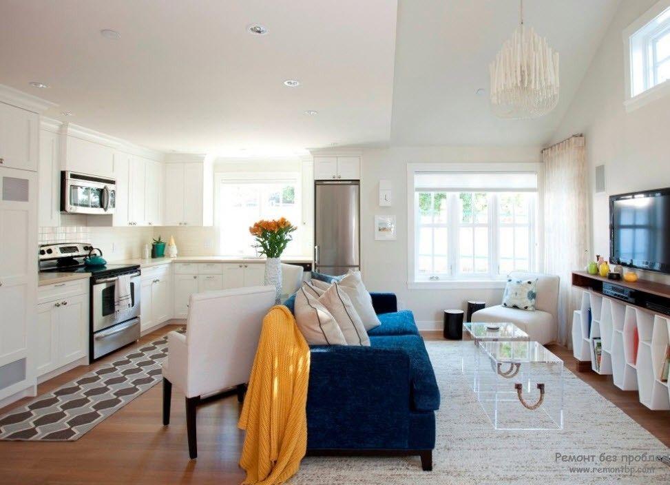 Удобное расположение телевизора в гостиной, совмещенной с кухней