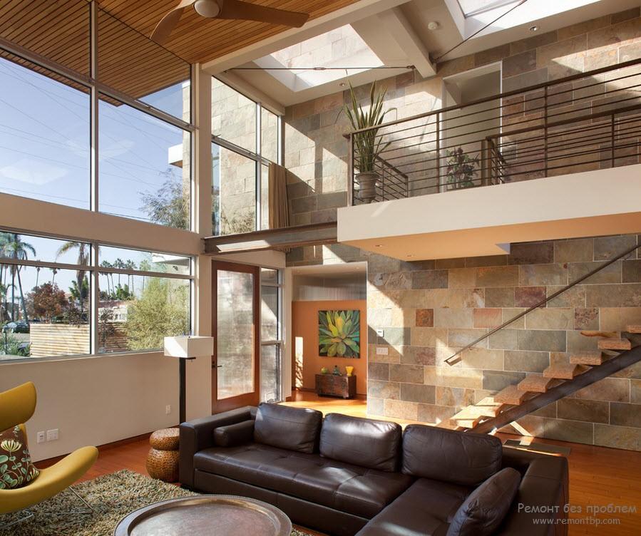 Лестница в доме из натурального камня