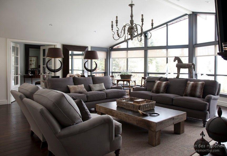 Оригинальный набор мягкой мебели в необычном интерьере