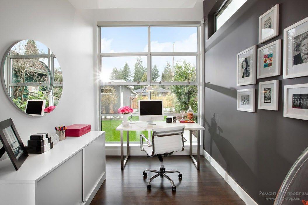 Домашний кабинет с белой мебелью и аксессуарами