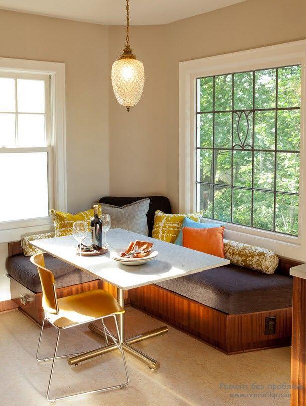 Симпатичный угловой диванчик на кухне