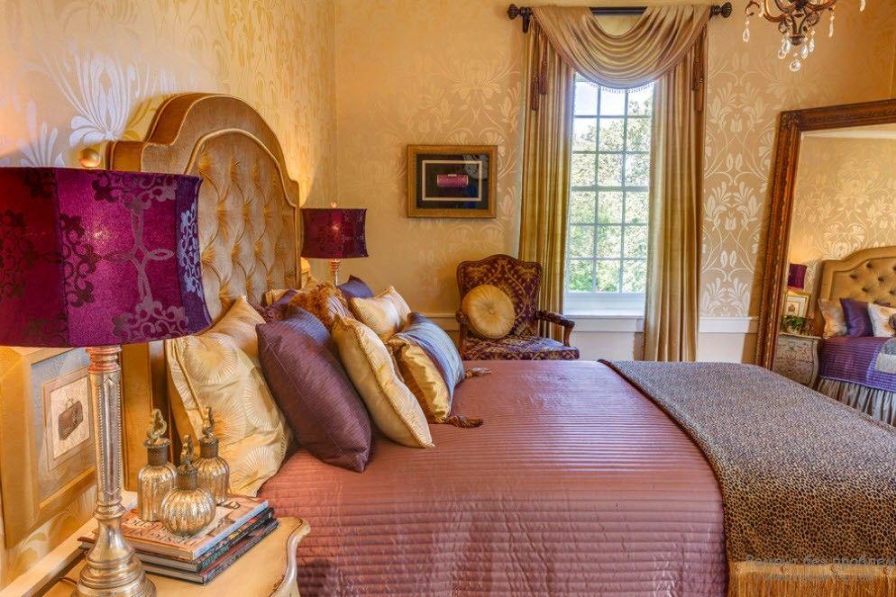 Сочетание золотого с фиолетовыми оттенками в спальне