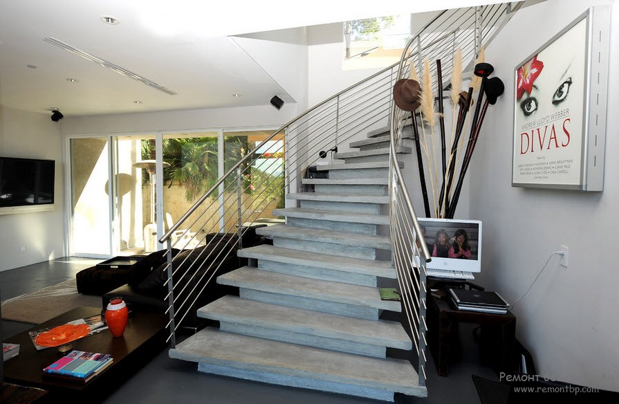 Лестница в доме из бетона