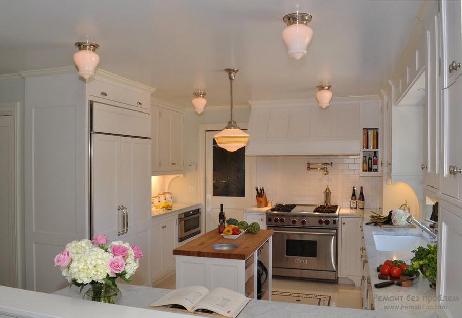 Маленькая светлая кухня фото