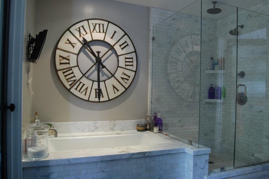 Часы в ванной