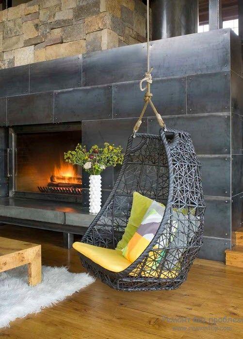 Металлический камин и подвесное кресло из металла