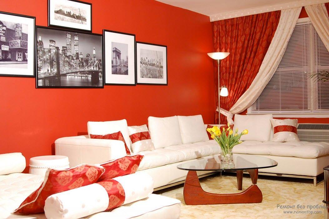 Белая мебель на фоне ярких контрастных стен в гостиной