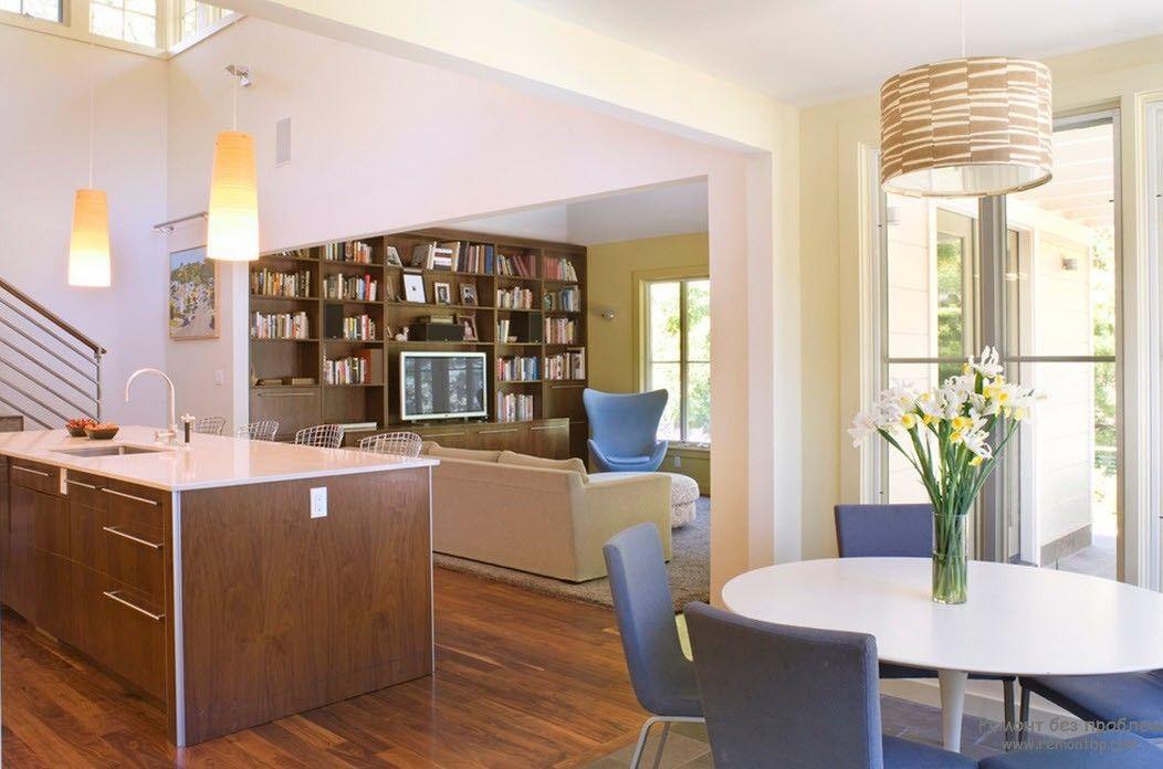 Телевизор в гостиной, совмещенной с кухней