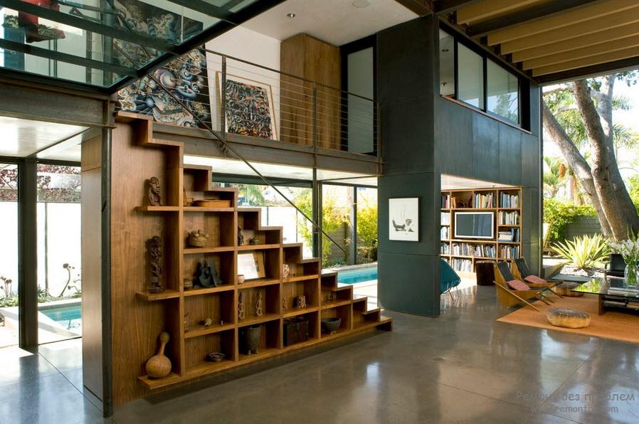 Лестница в доме из комбинированных материалов