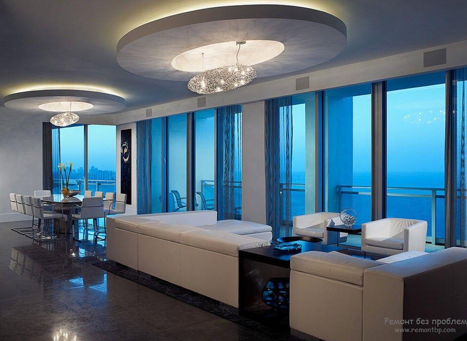 Роскошная просторная гостиная с белой мебелью