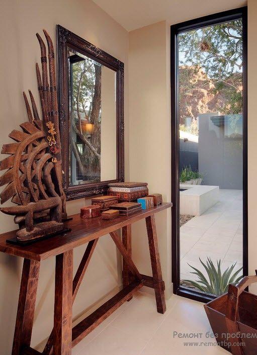Зеркало в деревянной раме в афро-интерьере