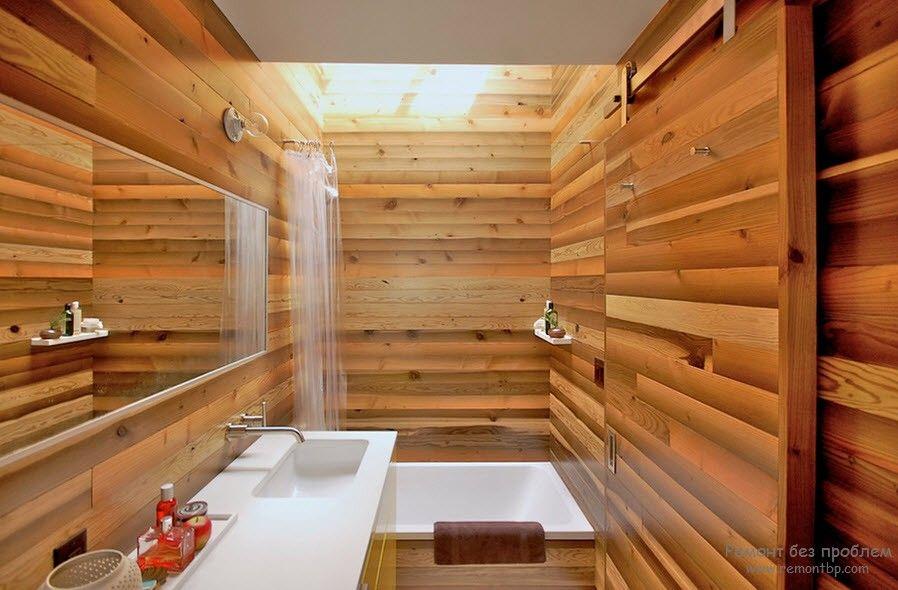 Деревянные стены и пол в ванной комнате