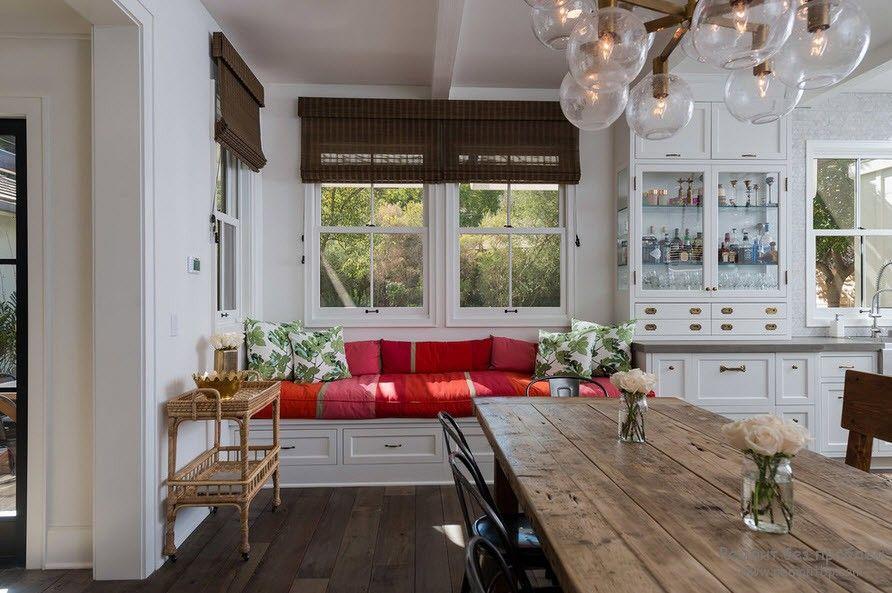 Роскошная просторная кухня со спальным уголком