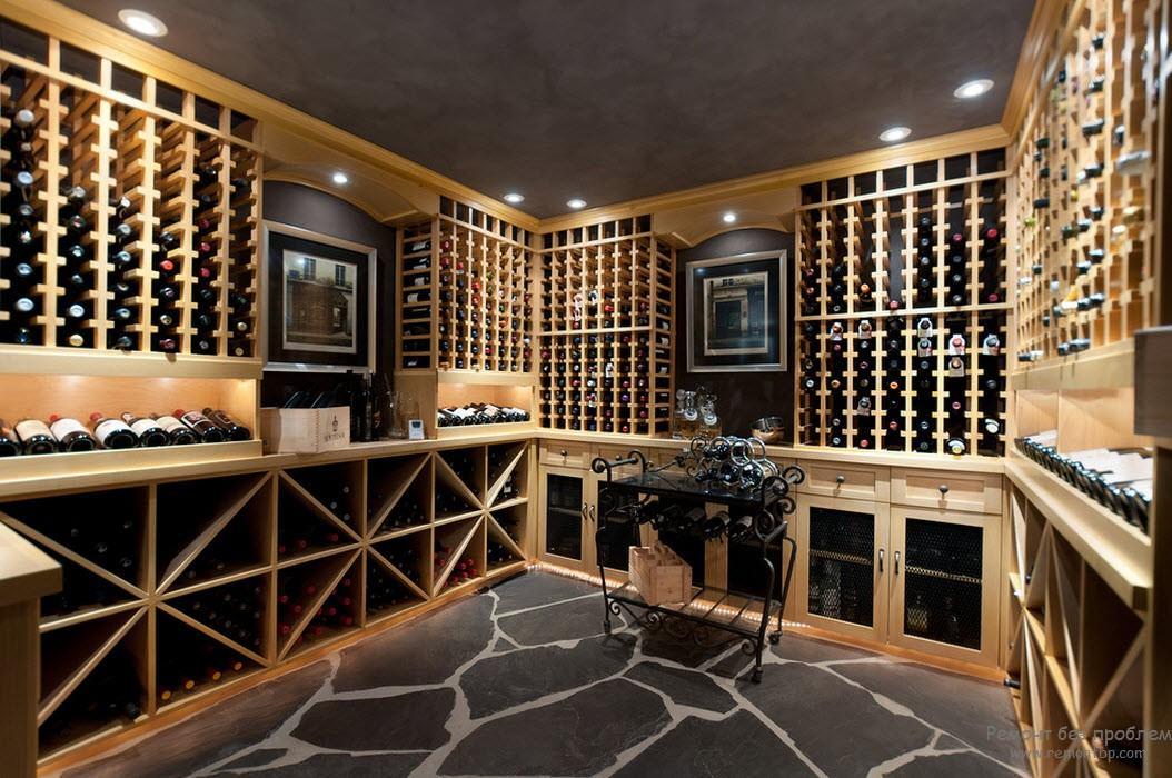 декоративный кованый столик в шикарной винной комнате