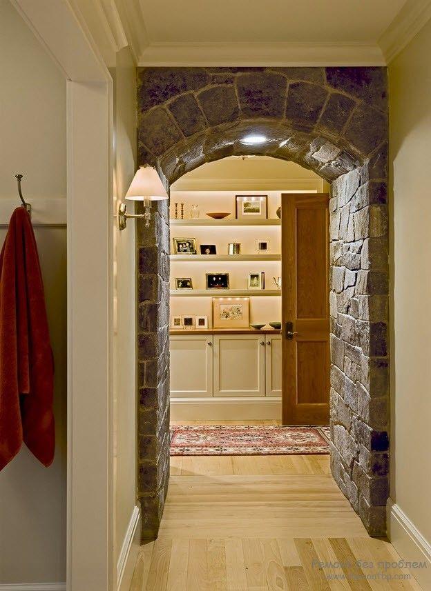 Дверной проем с аркой в коридоре