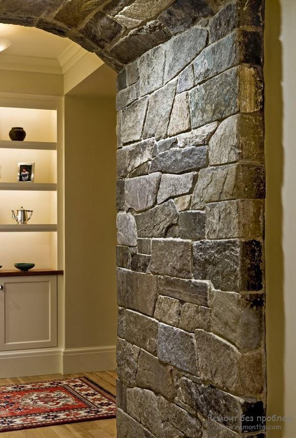 отделка арки камнем в коридоре