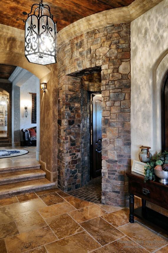 Эффектнфый каменный дверной проем в коридоре