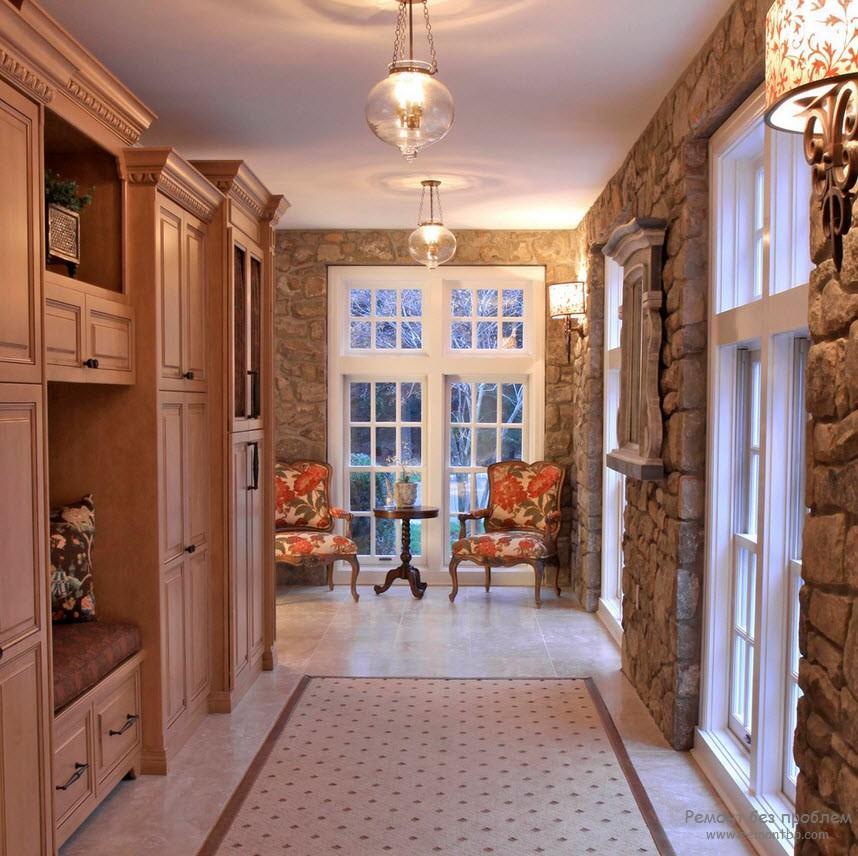 Эффектный просторный коридор с декоративным камнем
