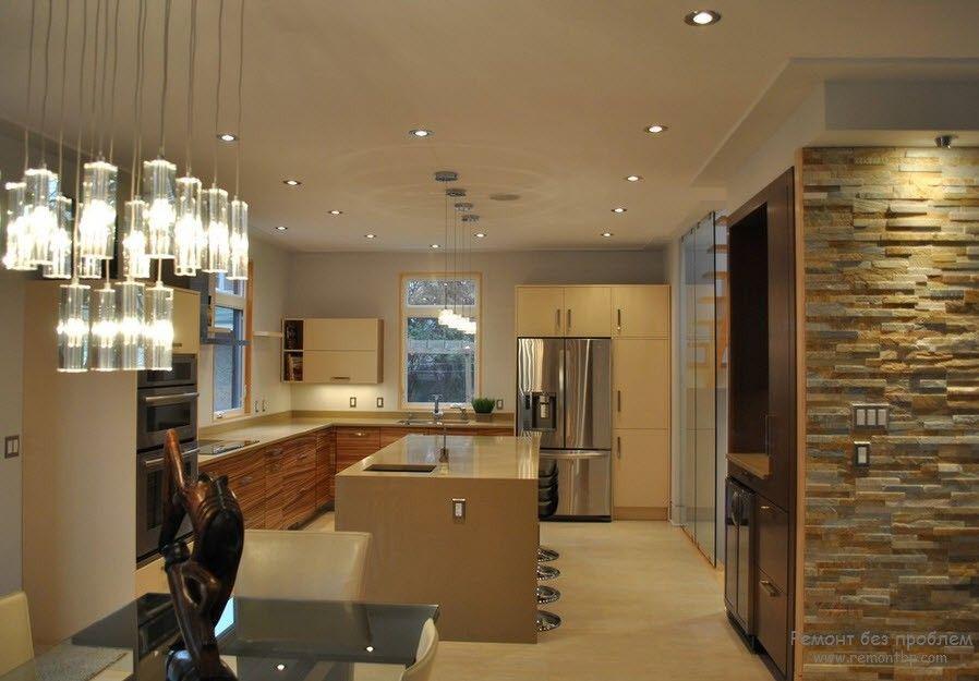 Камень в интереьере просторной кухни