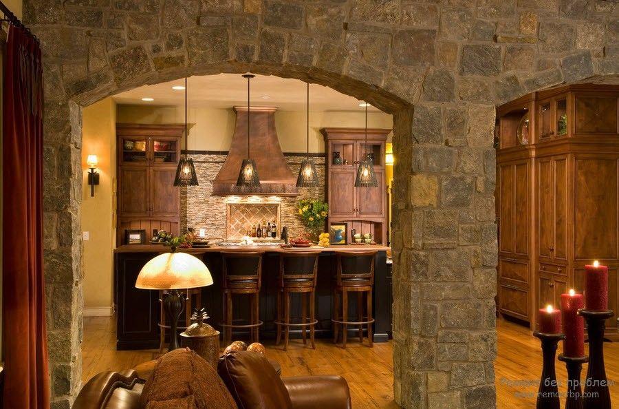 Кухня с декоративным камнем, оборудованная барной стойкой
