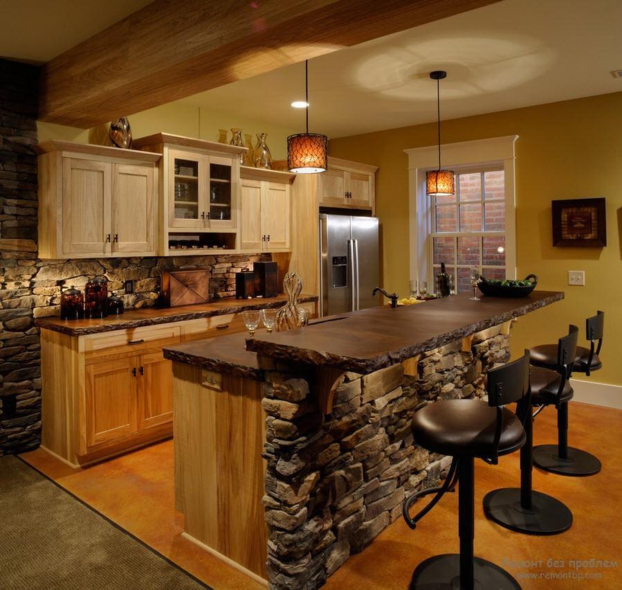 Эффектная кухня с барной стойкой, отделанной камнем