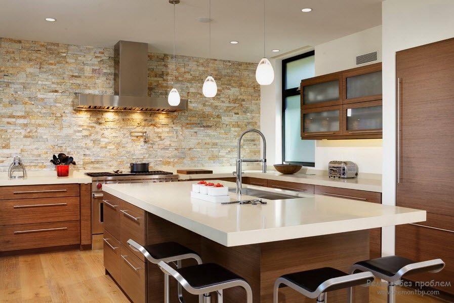 Стены из камня на кухне