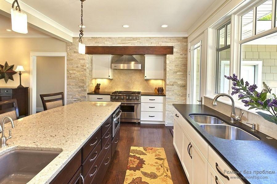 Мера в отделке просторной кухни декоративным камнем