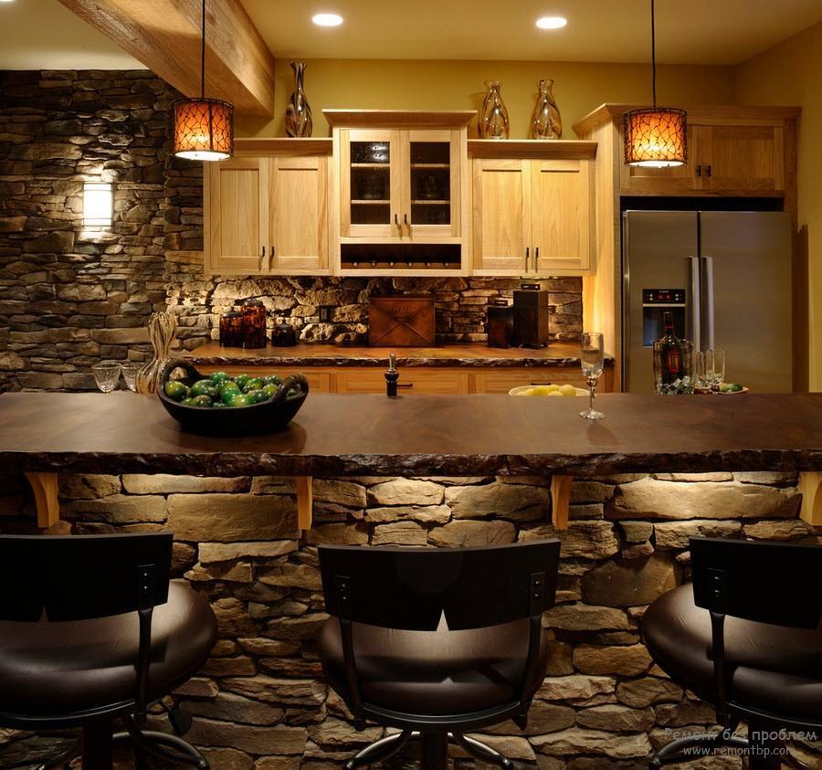 Барная стойка в стильной кухне с декоративным камнем