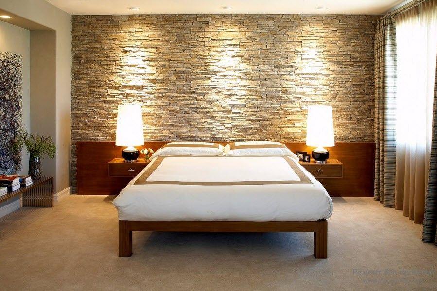 Эффектная спальня с декоративным камнем