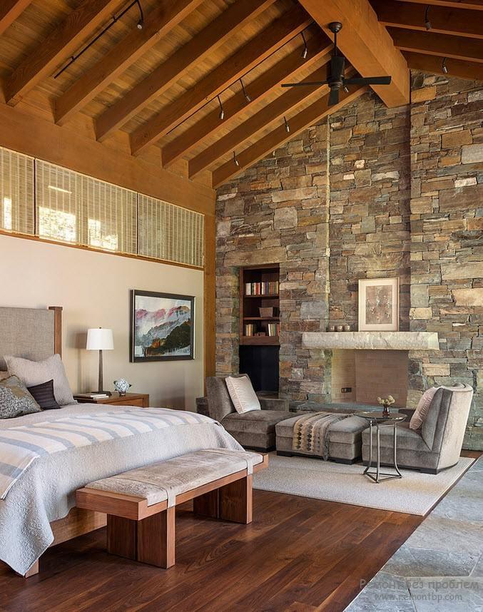 Спальня на втором этаже с отделкой из камня