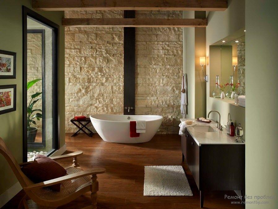 Стены из камня в ванной комнате