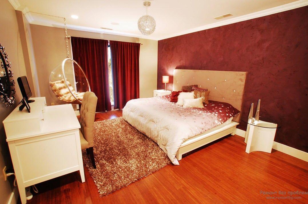 Большая и комфортная современная спальня