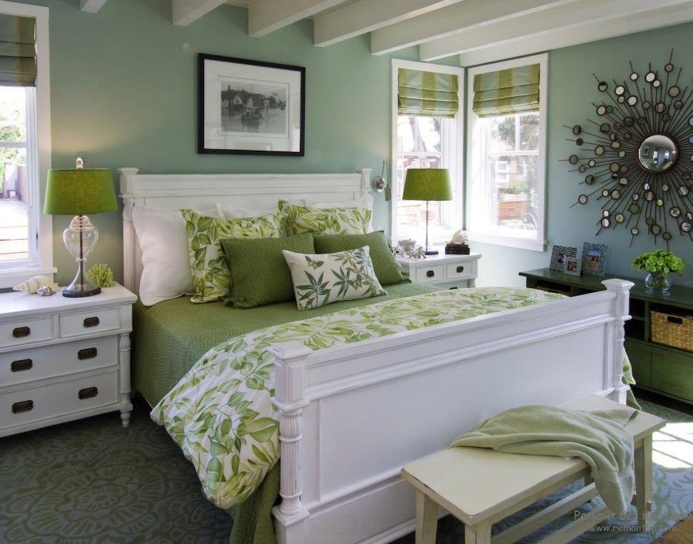 Спальня в классическом стиле с пришглушенным оливковым декором