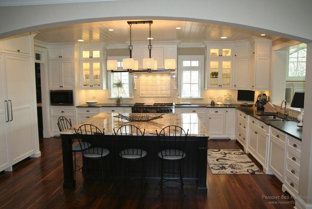 Белая кухня с черной столешницей в классическом стиле