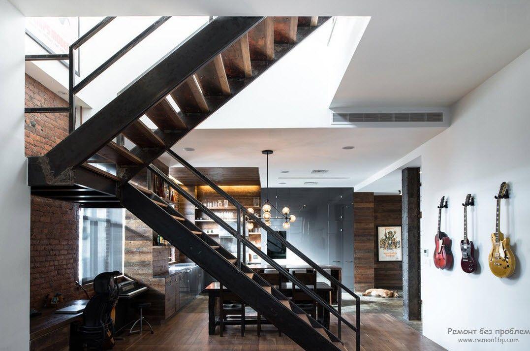 Массивная конструкция металлической лестницы в доме
