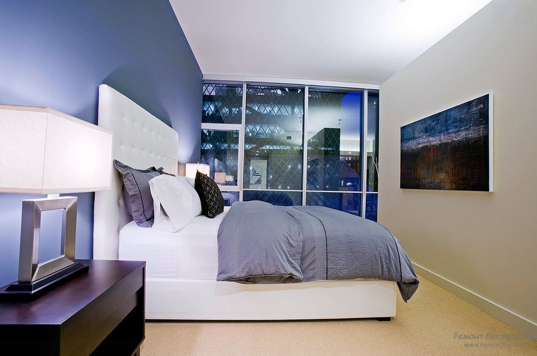 Белый цвет в интерьере синей спальни