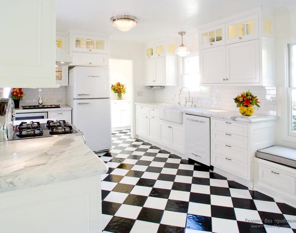 шахматный пол - яркий акцент на фоне белоснежной кухни