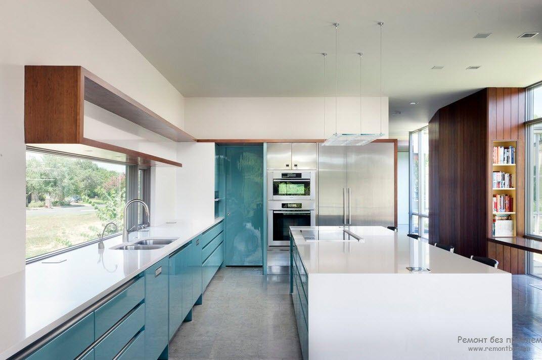 Большое окно в современной кухне
