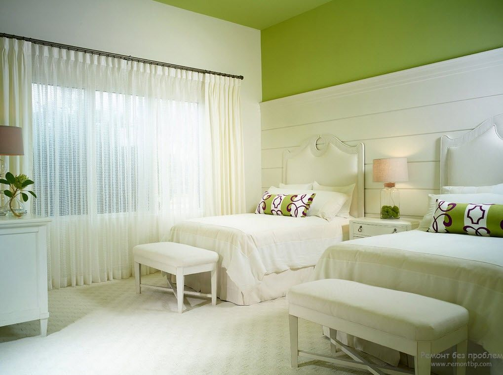 Белый интерьер спальни в сочетании с фисташковым цветом