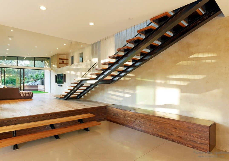 Лестница с деревянными ступенями без ограждения
