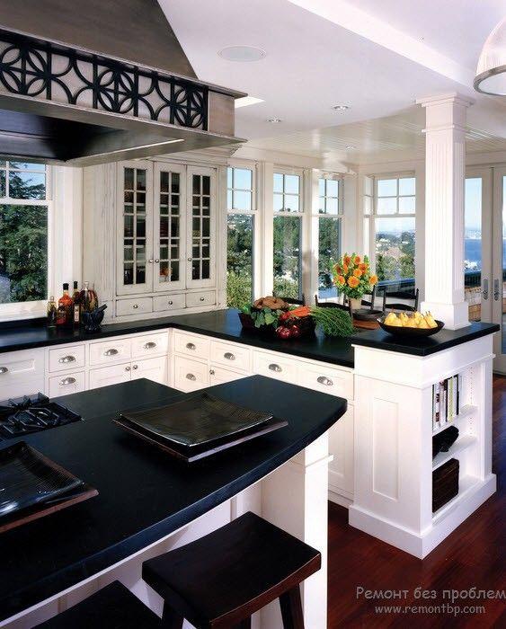 Черная столешница на красивой белой кухне