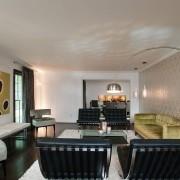 Оформление стен в гостиной обоями с орнаментом