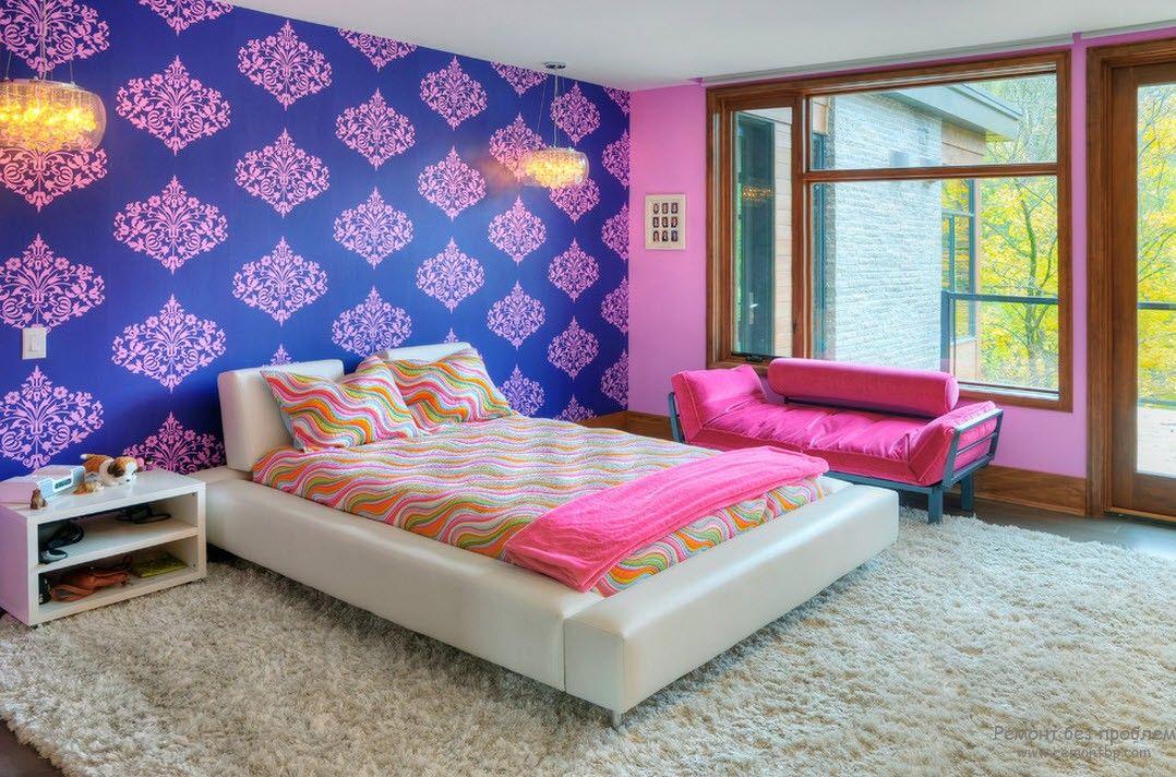 Комбинирование обоев с чистыми насыщенными цветами в детской комнате