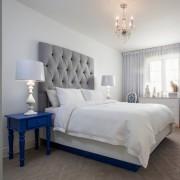 Люстра и торшеры в синей спальне