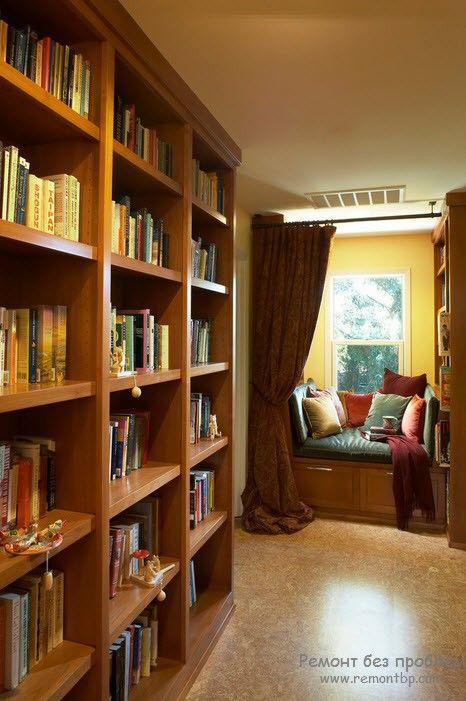 Подоконникк-скамейка для чтения в домашней библиотеке